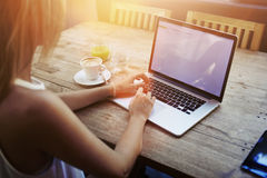少妇键盘输入播种的射击视图在便携式计算机上的有空白的拷贝空间屏幕的,当坐在咖啡馆时