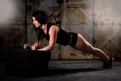 少妇锻炼在一个工业区 免版税库存图片