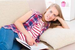 少妇阅读书 免版税库存照片