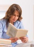 少妇阅读书 库存照片