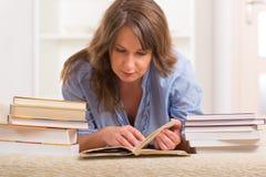 少妇阅读书 图库摄影