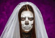 少妇面纱的一个新娘在死的面具头骨的那天 免版税库存照片