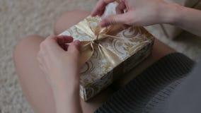 少妇领带在圣诞节礼物箱子的一把弓 股票视频