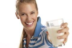 少妇饮料牛奶 免版税库存照片