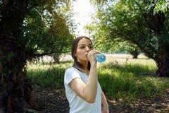 少妇饮用水-健康水 库存图片