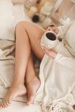 少妇饮用的咖啡在家在他的屋子里 库存照片