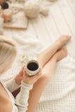 少妇饮用的咖啡在家在他的屋子里 图库摄影