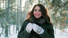 少妇饮用的茶在冬天森林,美丽的女孩饮用的茶在冬天户外,可爱的女孩拿着一个杯子 股票录像