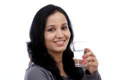 少妇饮用水 免版税图库摄影