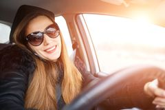 少妇驱动一辆汽车在冬天 库存照片