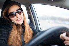 少妇驱动一辆汽车在冬天 库存图片