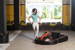 少妇驾驶去Kart Karting种族 免版税库存照片