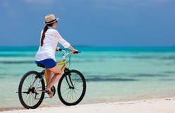 少妇骑自行车 免版税图库摄影