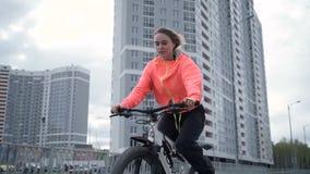 少妇骑马自行车在城市 影视素材