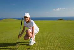 少妇高尔夫球运动员画象  免版税图库摄影