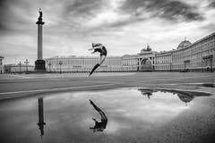 少妇,芭蕾舞女演员在正方形跳舞 免版税库存图片