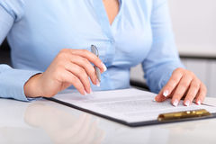 少妇读一个签的合同 免版税库存图片