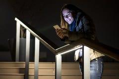 少妇读书在她的手机的正文消息 免版税库存图片