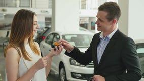 少妇购买一辆汽车在售车行中 影视素材