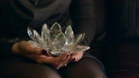 少妇给从她的心脏的一朵水晶莲花 免版税图库摄影