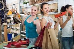 少妇购物的鞋子 免版税图库摄影