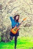 少妇画象有吉他的 免版税图库摄影