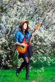 少妇画象有吉他的 免版税库存图片