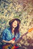 少妇画象有吉他的 库存图片