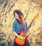 少妇画象有吉他的 免版税库存照片