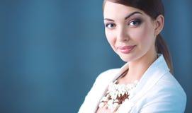 少妇画象有小珠的,站立在灰色背景 免版税库存照片