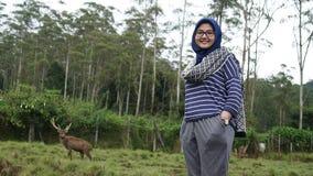 少妇画象野生生物的与鹿 免版税图库摄影