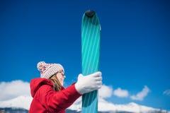 少妇滑雪 免版税图库摄影