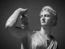少妇Artemis白色大理石头  图库摄影