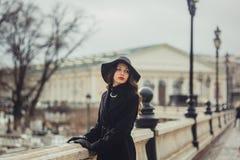 少妇iin莫斯科中心 免版税库存图片