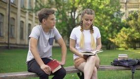 少年不耐烦与有的研究交谈,用尽从看书 影视素材