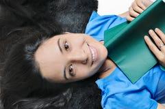 少年书女孩印第安的读取 免版税库存照片