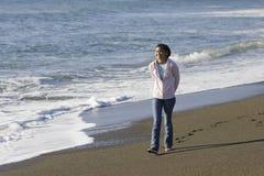 少年亚裔海滩的女孩 免版税库存图片
