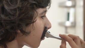 少年刮第一次,申请的十几岁的男孩刮泡沫,skincare,奶油,面孔,特写镜头 影视素材