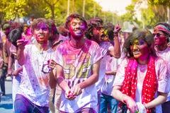 少年和孩子获得与色的水和holi粉末的乐趣在颜色印度节日,达卡,孟加拉国期间 免版税库存图片