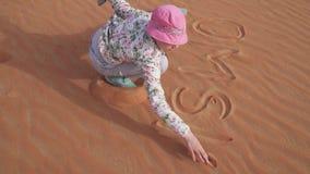 少年在沙子的女孩油漆在磨擦Al Khali离开储蓄英尺长度录影 股票录像