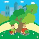 少年坐草在公园并且读 向量例证