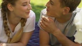 少年夫妇吃棉花糖和亲吻的,调情的人和乐趣,第一爱人 股票视频