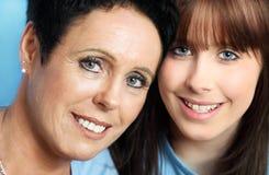 少年女儿成熟母亲的纵向 免版税库存图片