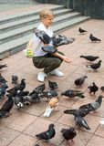 少年女孩喂养鸽子 库存图片