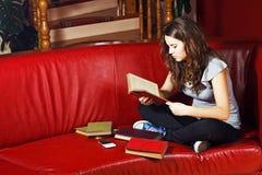 少年女孩家庭的读取 库存照片