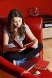 少年女孩家庭的读取 免版税库存照片