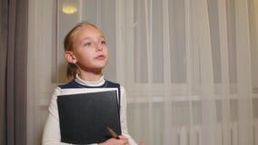 少年女孩教学某人在窗口背景的学校课程教训喜欢 股票录像