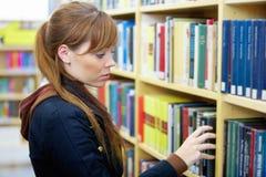 少年女孩的图书馆 免版税库存照片