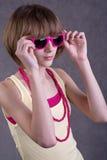 少年女孩的太阳镜 免版税库存照片