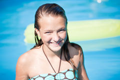 少年女孩的池 免版税库存图片